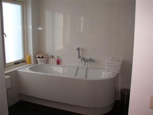 Foto badkamers 1 - Deco kleine badkamer met bad ...